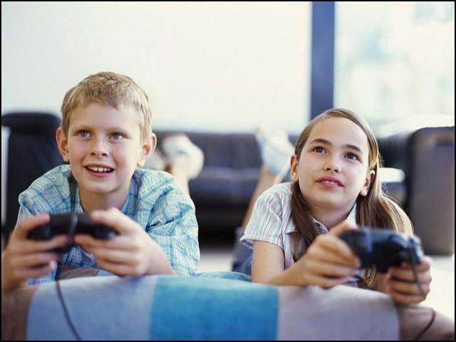 آرام پسندی صرف بچوں کی جسمانی صحت پر ہی نہیں بلکہ ان کی ذہنی صحت پر بھی اثرانداز ہورہی ہے۔ (فوٹو: انٹرنیٹ)