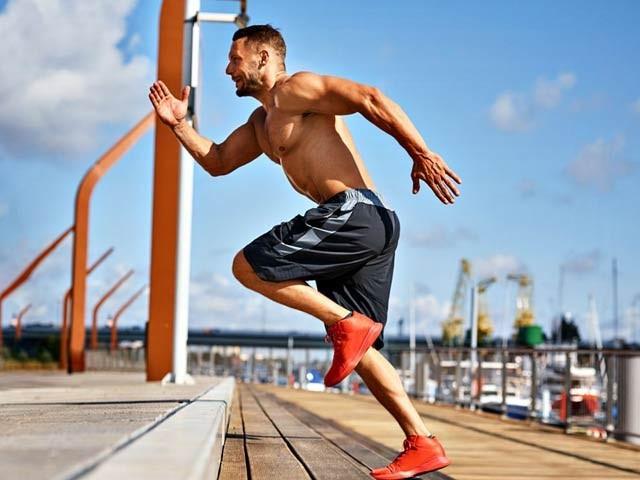 ماہرین نے کئی برس کے مطالعے کے بعد کہا ہے کہ اگر دو طرح کی ورزشیں کی جائیں تو دماغی کارکردگی بہت اچھی ہوسکتی ہے۔ فوٹو: فائل