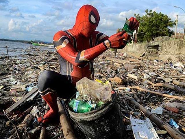 انڈونیشیا کے اسپائیڈرمین روڈی اپنے معاشرے کو صاف رکھنے کے مشن میں کوشاں ہیں اور انہیں بہت شہرت مل چکی ہے۔ فوٹو: اوڈٹی سینٹرل