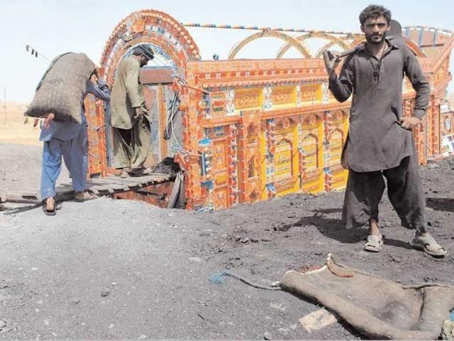 وفاق اور سندھ کے باہمی تنازعے میں کمپنی کے ملازمین کا مستقبل داؤ پر لگ گیا۔ فوٹو: فائل