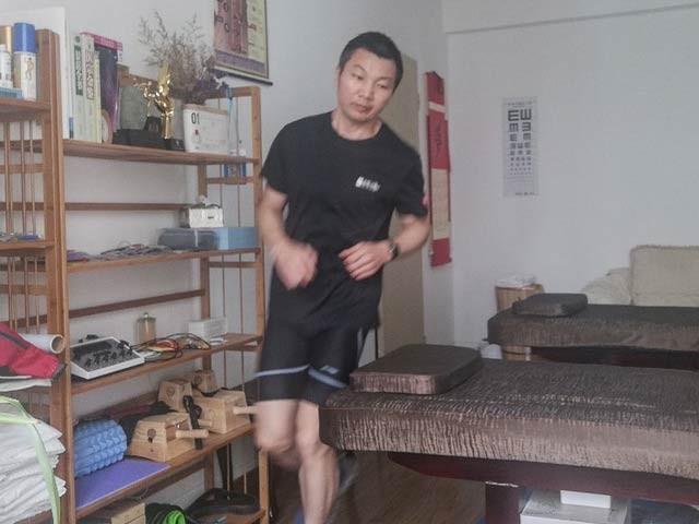 چینی شخص نے گھر کے اندر ہی دوڑنے کا ایک نیا ریکارڈ قائم کیا ہے۔ فوٹو: ایم ایس این