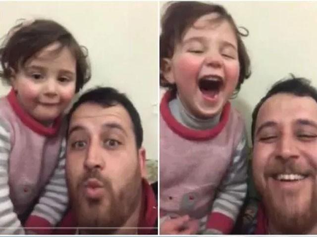 بچی فضائی بمباری کی آواز کو ویڈیوز گیمز کی آواز سمجھ کر زور سے قہقہ لگاتی ہے، فوٹو : ویڈیو گریب