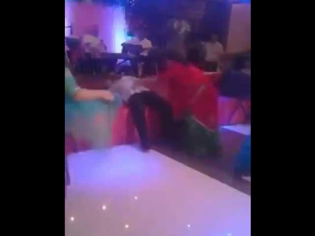وڈیومیں دیکھا جاسکتا ہے کہ اچانک ہی رقص کرتے کرتے شخص کی موت واقع ہوجاتی ہے: فوٹو: ٹوئٹر