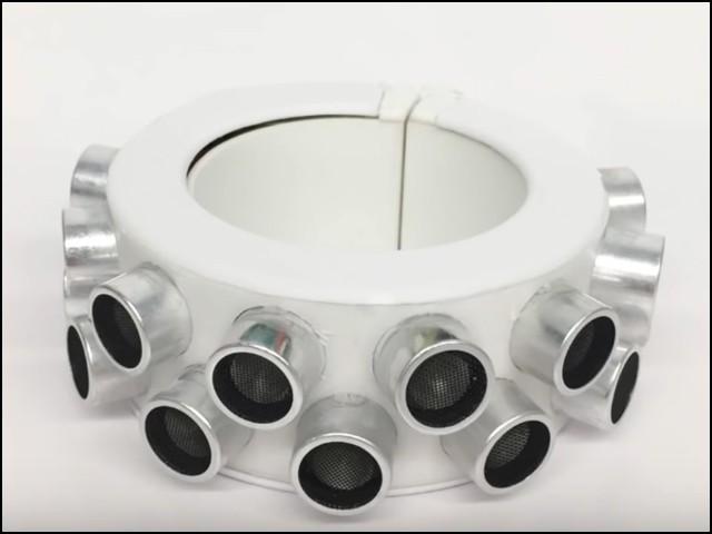 یہ 'خاموشی کا کڑا' الٹراساؤنڈ اسپیکروں سے لیس ہے جو آس پاس موجود کسی بھی مائیکروفون کو ناکارہ بنا سکتے ہیں۔ (فوٹو: یوٹیوب اسکرین گریب)