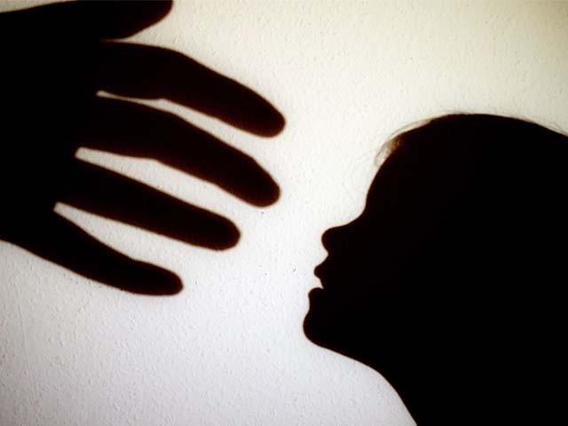 جنسی ہراسانی میں ملوث شخص کی سزا 7 سال سے بڑھا کر 14 سال قید اور 50 لاکھ روپے جرمانہ کی تجویز۔ فوٹو : فائل
