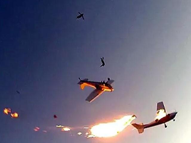 طیاروں کا ملبہ فضا میں ہی بکھر گیا، فوٹو : فائل