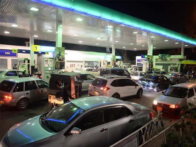 کراچی کے کچھ حصوں میں پٹرول کی قلت کے باعث پمپس ہونے کی اطلاعات ہیں، ترجمان پی ایس او۔ فوٹو؛ فائل