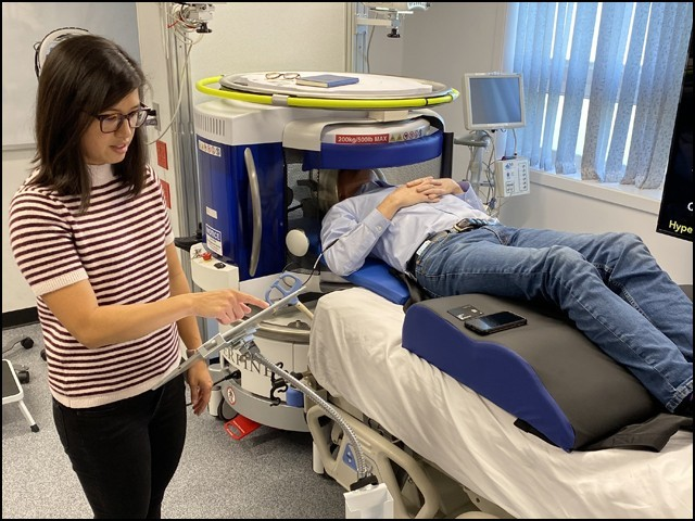 ٹرالی پر نصب اس ایم آر آئی مشین کو مریض کے بستر تک بہ آسانی لے جایا جاسکتا ہے۔ (فوٹو: ہائپرفائن)