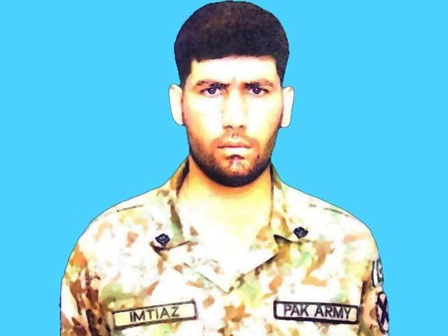 سپاہی امتیاز علی فائرنگ کے تبادلے کے دوران شہید ہوئے۔ ۔ فوٹو :آئی ایس پی آر