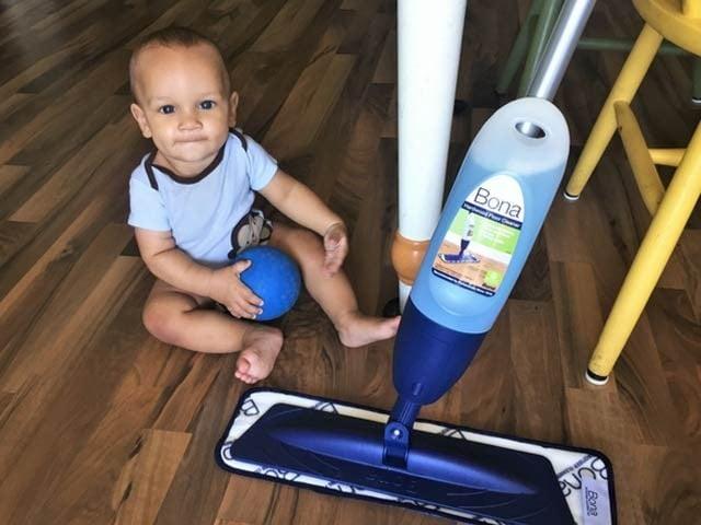 فرش صاف کرنے والے کیمیائی اجزا بچوں میں سانس کے امراض کی وجہ بن سکتے ہیں۔ فوٹو: فائل