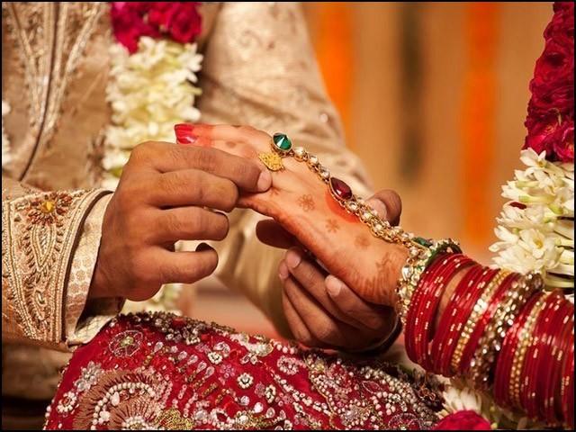 بہت سے نوجوان لڑکے لڑکیاں شادی کی ذمے داریوں سے بھاگنے لگے ہیں۔ (فوٹو: انٹرنیٹ)