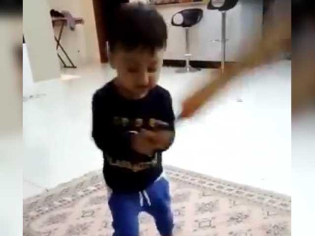 یونس خان کے ننھے بیٹے نے بھی کرکٹ کھیلنے کی تیاری شروع کردی ہے، فوٹواسکرین گریب