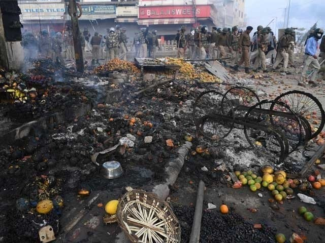 BJP police and thugs, along with the protesters, stormed the streets, tortured with sticks and sticks. Photo: AFP