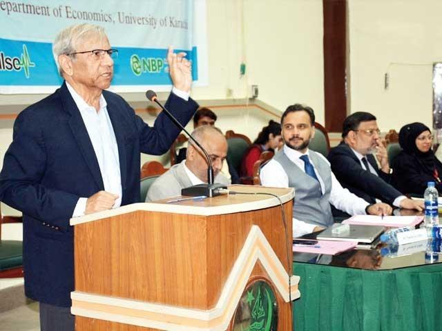ماہر معاشیات ڈاکٹر قیصر بنگالی جامعہ کراچی میں کانفرنس سے خطاب کر رہے ہیں ۔  فوٹو : ایکسپریس