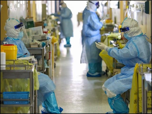 برطانوی کمپنی کو ایسے رضاکاروں کی تلاش ہے جو کورونا وائرس سے خود کو متاثر کروا کر 14 دن کےلیے قرنطینہ میں چلے جائیں۔ (فوٹو: انٹرنیٹ)