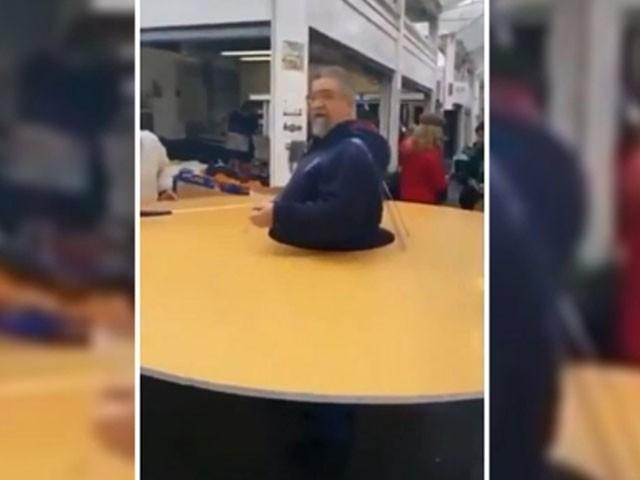 اٹلی کے شہری نے جسم کے گرد گول بورڈ پہن لیا تاکہ دوسرے افراد 3 فٹ دوری پر رہیں، فوٹو : ویڈیو گریب