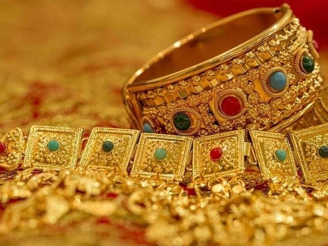 چاندی کی فی تولہ قیمت 900روپے کی سطح پر مستحکم ریکارڈ کی گئی .  فوٹو : فائل