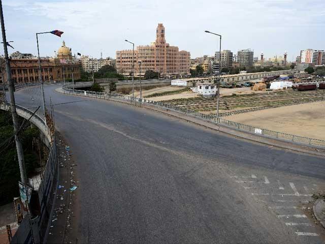 سڑکوں سے پبلک ٹرانسپورٹ غائب ہے جب کہ شہری اپنی سواریوں پر سڑکوں پر موجود ہیں فوٹو اے ایف پی