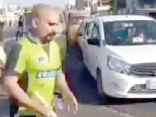 ویڈیو پر تبصرہ کرتے ہوئے آسٹریلوی بیٹسمین نے کہا کہ کور ڈرائیو اور چہرے پر بال مجھ سے بہتر ہیں۔ فوٹو: فائل