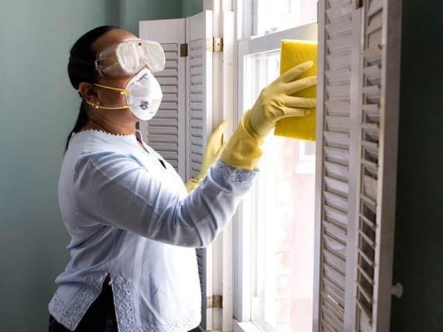 صابن، پانی اور بلیچ کے ذریعے کورونا وائرس کو مؤثر انداز سے ختم کیا جاسکتا ہے۔ فوٹو: فائل