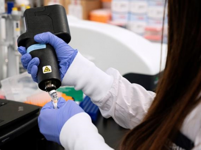 روسی فیڈرل بایومیڈیکل ایجنسی نے دعویٰ کیا ہے کہ اس نے ملیریا کےخلاف ایک دوا میں مزید اینٹی بایوٹکس شامل کرکے کووڈ 19 کے علاج میں کامیابی حاصل کی ہے۔ فوٹو: رائٹرز