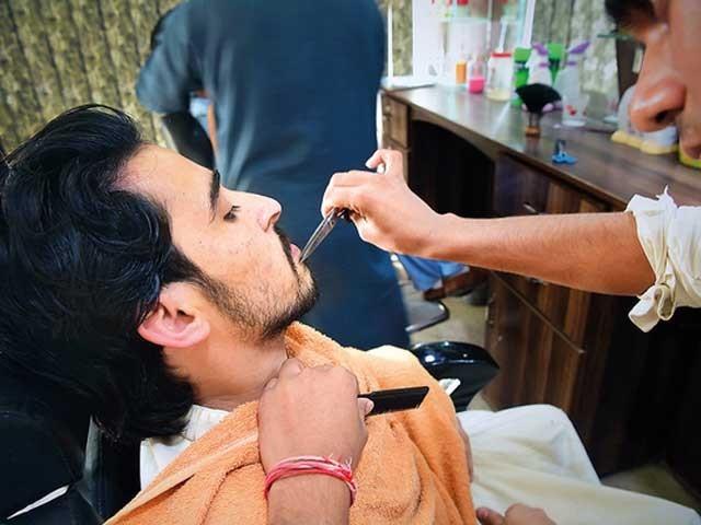حجاموں نے ہوم سروس کے ہزار روپے تک لینا شروع کردیئے فوٹو: فائل