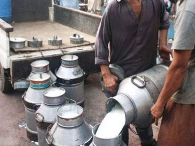 کراچی کی مرکزی ہول سیل مارکیٹ میں دودھ کی تھوک قیمت 32 روپے لیٹر کی سطح پر آگئی (فوٹو: فائل)