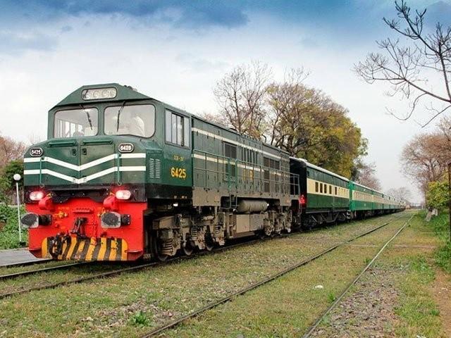 بھارت میں21روز کیلیے ٹرینیں بند ہیں' پاکستان ریلوے کے حفاظتی اقدامات پر سوالیہ نشان۔ فوٹو: فائل