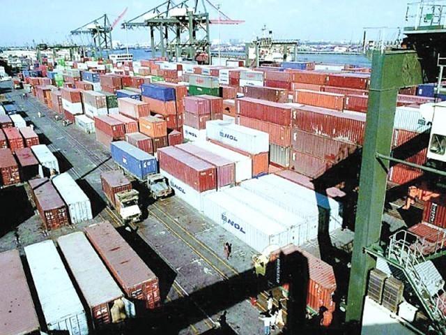 کراچی کی بندرگاہوں پر پھنسنے والی کنسائمنٹس پر مسلس ڈیٹینشن اور ڈیمرج عائد کیا جارہا تھا (فوٹو : فائل)