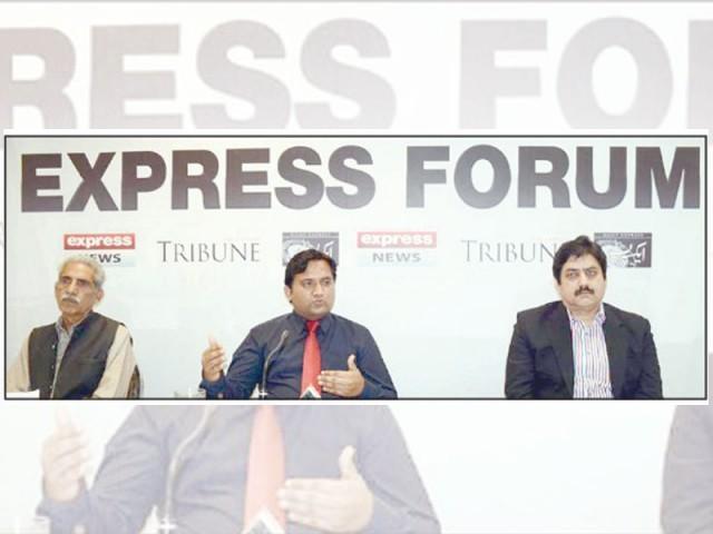 پاکستان نے کورونا کے جینوم پر تحقیق میں بڑی کامیابی حاصل کر لی، ڈاکٹر نویدشہزاد،ڈاکٹر زبیر قریشی،حکیم راحت نسیم۔ فوٹو: ایکسپریس