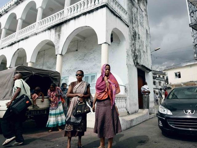 کوموروس جزائر کے دارالحکومت مورونی میں خواتین بلاخوف سڑکوں پر موجود ہیں۔ فوٹو: گلف نیوز