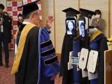 جاپان میں کورونا وبا کے باعث طالبعلموں کے نمائندہ روبوٹ نے ڈگریاں وصول کی ہیں۔ فوٹو: بورڈ پانڈا