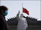 اس دوران چین اور دنیا بھر میں چینی سفارت خانوں پر چینی پرچم سرنگوں ہے۔ (فوٹو: رائٹرز)