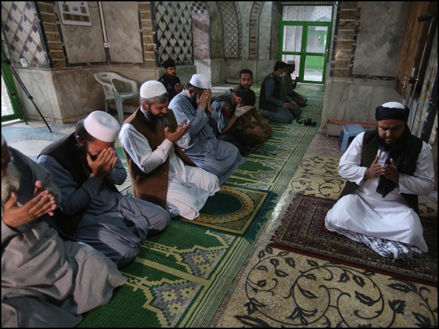موجودہ حالات میں باجماعت نماز کی ہیئت اور ادائیگی کے انداز میں ذرا سی تبدیلی کی جارہی ہے جس سے اکثریت کا طبی مفاد وابستہ ہے۔ (فوٹو: انٹرنیٹ)