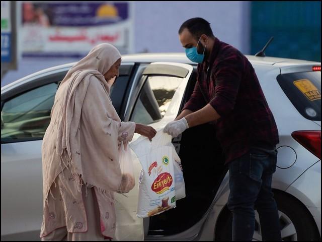 اس وقت مغرب اور بھارت سے تقابل کرنے کے بجائے پاکستانیوں کا جذبہ ایثار اجاگر کرنے کی ضرورت ہے۔ (فوٹو: انٹرنیٹ)