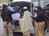 صدر کے علاقے میں تین جب کہ شعبہ بازار میں دو بینک رش ہونے پر سیل کر دیئے گئے ہیں، ڈی سی پشاور۔ فوٹو: فائل