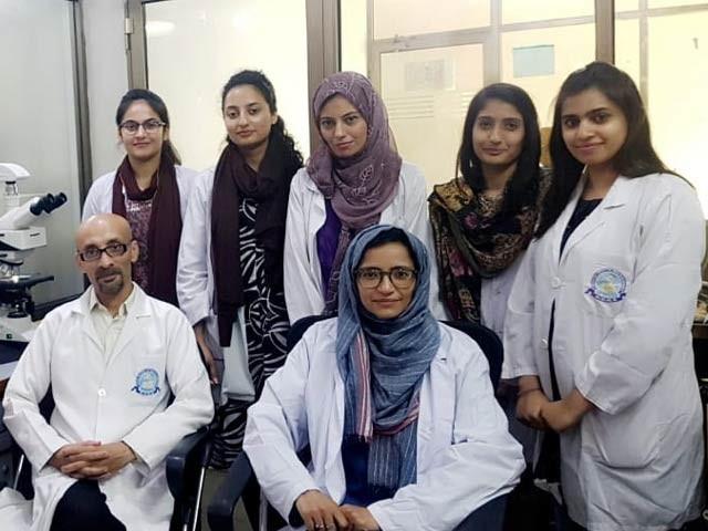 ڈاؤ یونیورسٹی آف ہیلتھ سائنسز میں واقع ڈاؤ کالج آف بایو ٹیکنالوجی کی محقق اور طالبات ڈاکٹر مشتاق حسین کے ہمراہ (فوٹو : ایکسپریس)