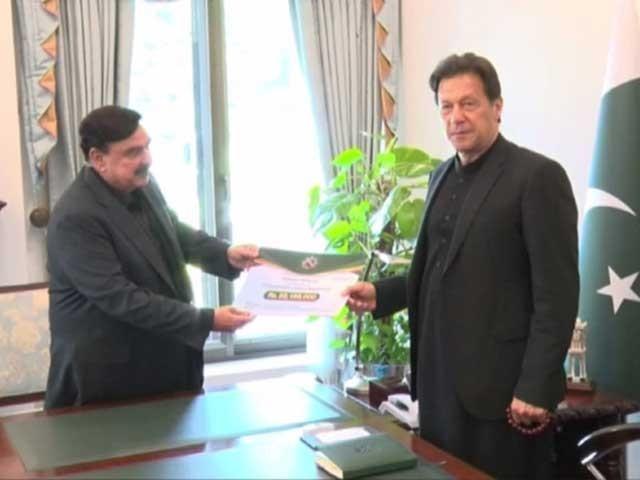 وزیرریلوے نے وزیراعظم کو 5 کروڑ 1 لاکھ 85 ہزار روپے کا چیک دیا - فوٹو: سوشل میڈیا