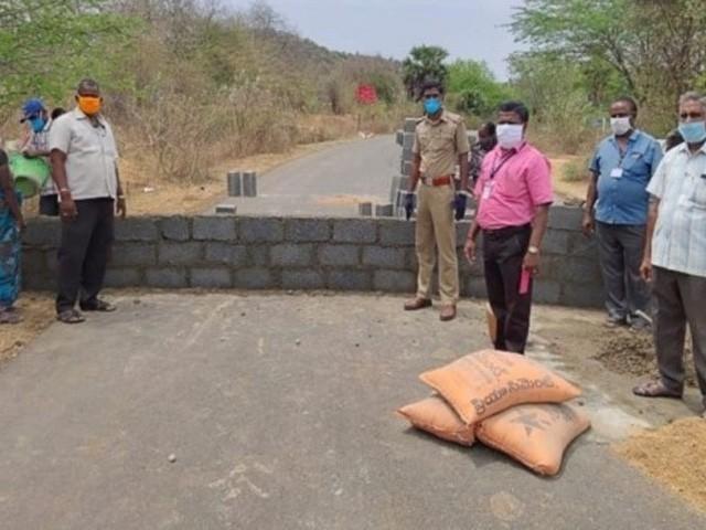 تامل ناڈو کی سڑک پر دیوار کی تعمیر جاری ہے (فوٹو: بھارتی میڈیا)