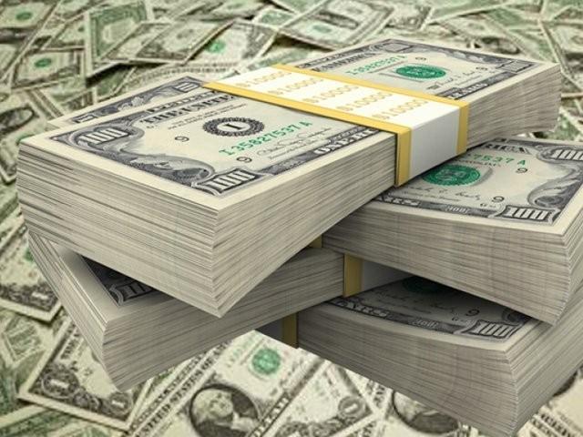 انٹر بینک مارکیٹ میں ڈالر کی قدر میں اتار چڑھاؤ کے رحجان کے بعد ڈالر کی قیمت میں ایک روپے 44 پیسے کمی ہوئی (فوٹو: فائل)