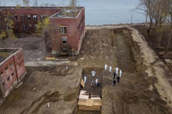 قبرستان میں جگہ جگہ اجتماعی قبریں کھودی گئی ہیں۔ فوٹو : رائٹرز