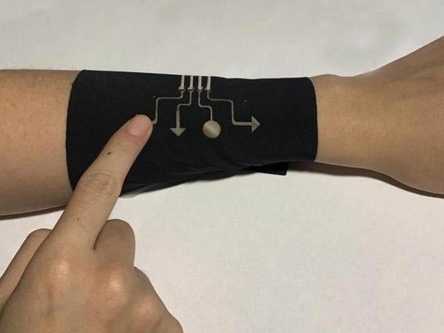 امریکی ماہرین نے پہنی جانے والی پوشاک پر الیکٹرانک سرکٹ چھاپنے کا کامیاب تجربہ کیا ہے۔ فوٹو: یونیورسٹی آف نارتھ کیرولائنا