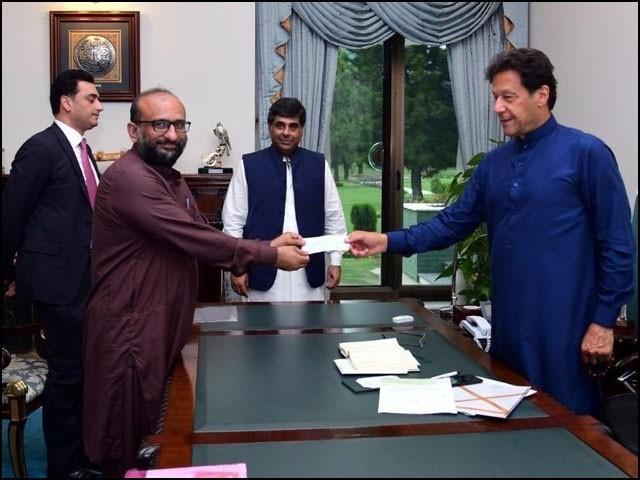عمران خان خیراتی ادارے کے سربراہ سے بھی امداد لینے میں کامیاب ہوچکے ہیں۔ (فوٹو: انٹرنیٹ)