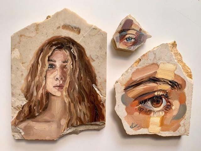 رحاب خالد فائن آرٹ کی طالبہ ہیں اور مصوری کی دنیا میں نئی جہتوں کی متلاشی ہیں ، فوٹو : العربیہ نیوز