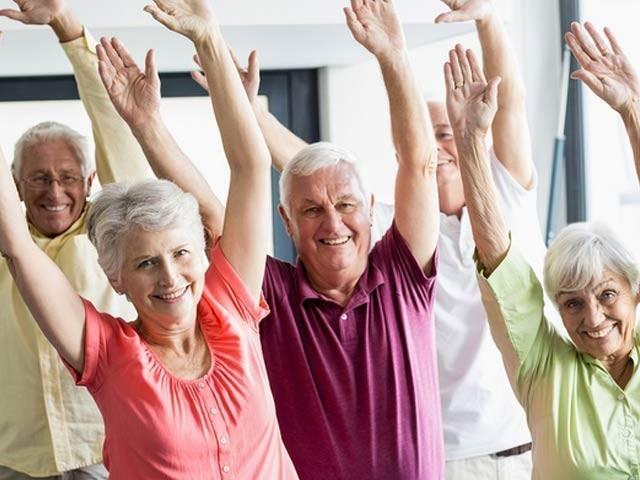 ایک سروے سے معلوم ہوا ہے کہ اگر آپ بزرگوں کو مناسب وقت دیں گے تو وہ جسمانی سرگرمی کی جانب راغب ہوں گے۔ فوٹو: فائل
