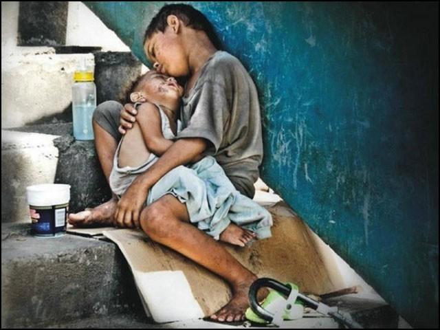 بے سہارا اور ضرورت مندوں کے کام آنا ہی انسانیت کی معراج ہے۔ (فوٹو: انٹرنیٹ)