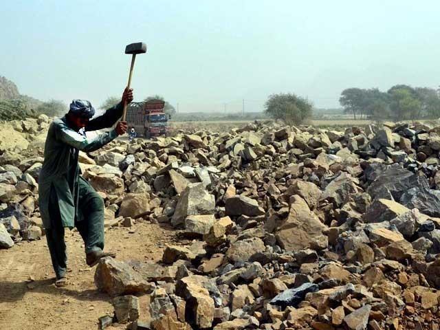 روزگار سے محروم ہونے والے افراد کو 12 ہزار روپے امداد ملے گی، وزارت خزانہ۔ فوٹو، فائل