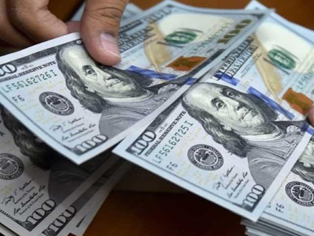 انٹربینک میں ڈالر کی قیمت 28 پیسے اوراوپن کرنسی مارکیٹ میں ڈالر کی قدر 20 پیسے بڑھی۔ فوٹو:فائل