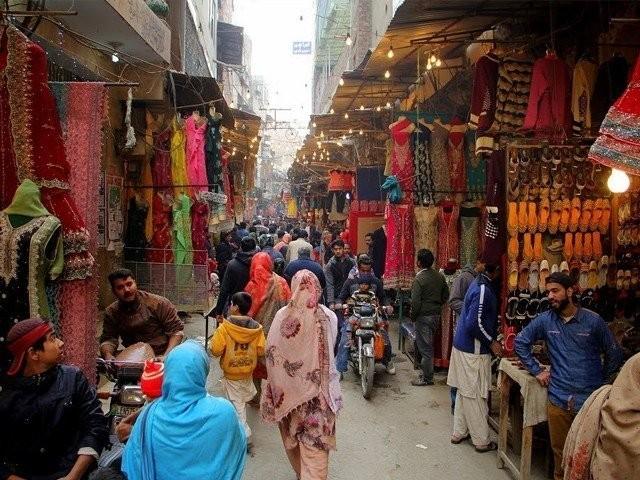 جمعہ، ہفتہ اور اتوار کو بھی بازار اور شاپنگ مالز کھلیں گے، ذرائع پنجاب حکومت (فوٹو: فائل)