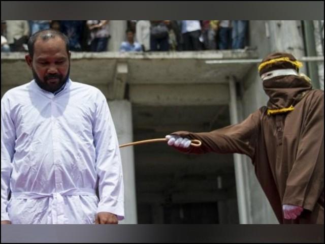 سعودی عرب میں معمولی جرائم پر بھی کوڑوں کی سزا بہت عام ہوگئی تھی۔ (فوٹو: سعودی ٹائمز)
